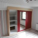 Einbau-Kleiderschrank in Farbkombination Esche/Rot 1