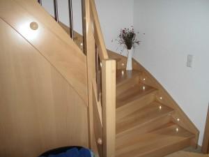 Massivholztreppe in Buche mit integrierter LED Beleuchtung