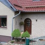 Holzhaustür mit Rundbogen